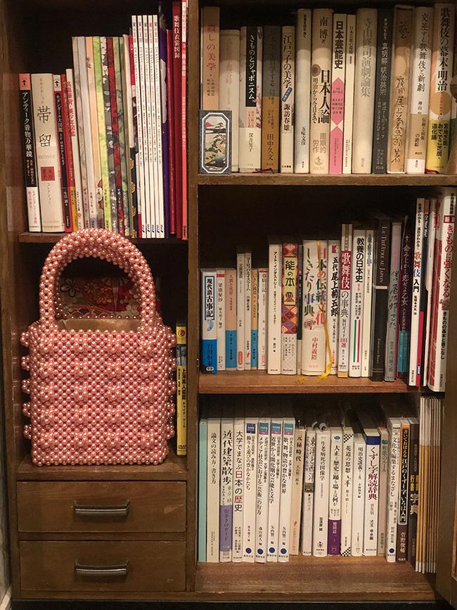 本棚には教科書や資料がずらり。最近読んでいるのは梅原猛先生の著書。