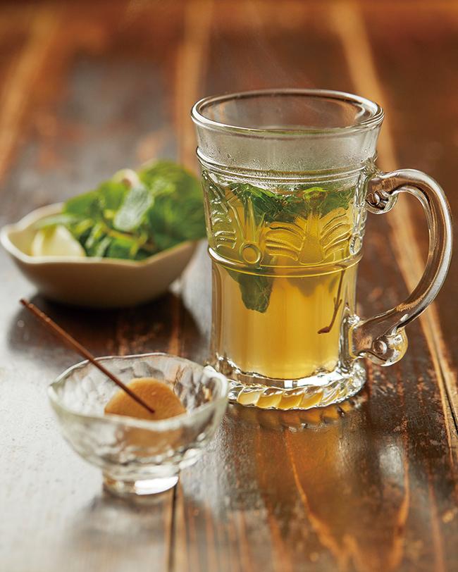 「アーユルごはん」を堪能する前に、まずは生姜とスパイスジンジャードリンクを。ショウガは岩塩とレモン汁をかけたもの。よく噛んで食べ、消化力を高めることはアーユルヴェーダの食のお作法の一つ。季節に合ったスパイスの配合の特製ドリンクはミントとレモン入りですっきり。