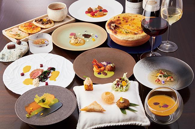 """懐石料理のようなモダン・インディアン一料理。コース中に""""アーユルヴェーダ""""と題した一皿も。ディナーシグニチャーコース「インチャンティング スパイス」(8皿10品 ¥14,300)。ランチは3種のコース(¥3,300〜)。"""