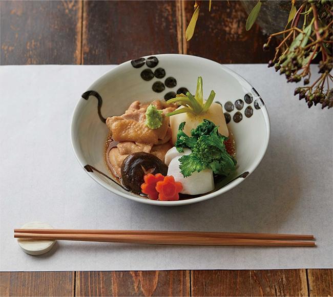 アーユルヴェーダに基づき日本の気候や風土に合わせて作られた「アーユルごはん」(計7品のコース。¥5,000)。「伝統食を味わってほしい」との思いが込められた、金沢の郷土料理である「治部煮」を主菜に。