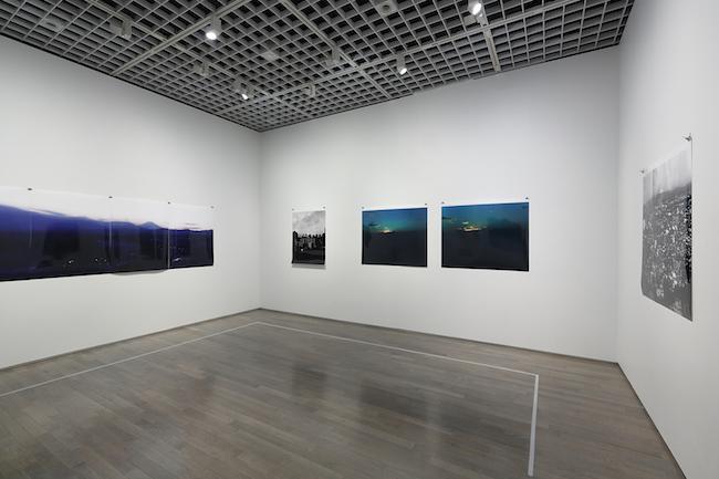 「窓展:窓をめぐるアートと建築の旅」第12章 窓の光 展示風景 撮影:木奥惠三