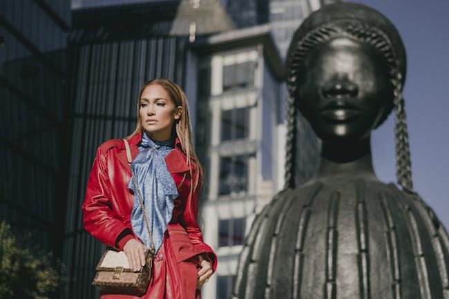 """撮影のビハインド・ザ・シーン。アーティストのシモーヌ・リーによる彫刻作品 """"Brick House""""の前で。"""