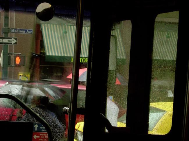ソール・ライター 《バス》 2004年頃、発色現像方式印画 ⒸSaul Leiter Foundation
