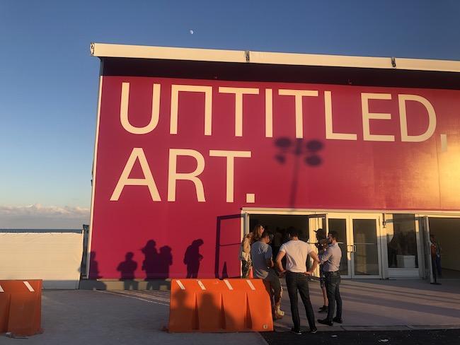 マイアミビーチのまさに海を臨む砂浜に登場した特設会場では「UNTITLED,ART」が開催されてました。もちろん残念ながら見られず。