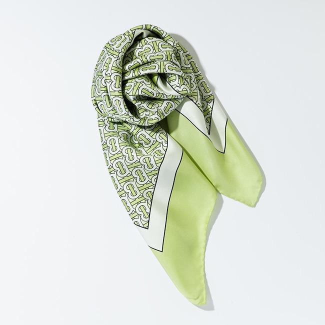スカーフ¥52,000/Burberry(バーバリー・ジャパン 0066-33-812819)