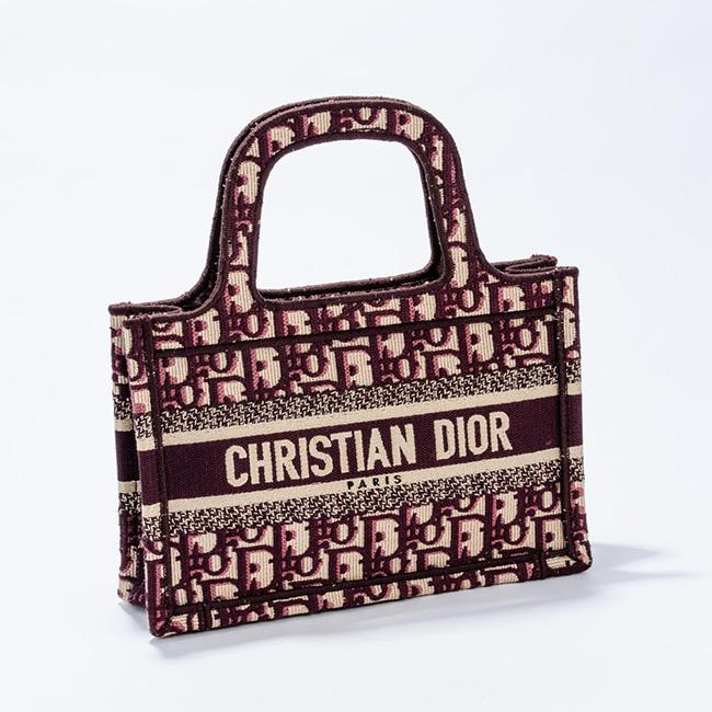 バッグ(W22.5×H24×D8cm)¥200,000/Dior(クリスチャン ディオール 0120-02-1947)