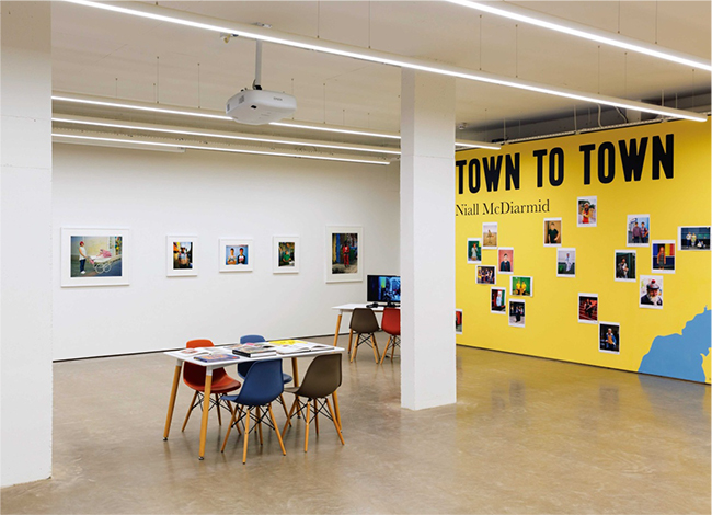 エントランスを入るとすぐに目に入る写真展示スペース。会場にはゆっくりと鑑賞できるスペースも。