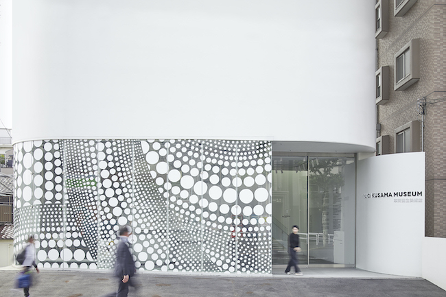 草間彌生美術館1F外観 Photo by Shintaro Ono (Nippon Design Center, Inc.)
