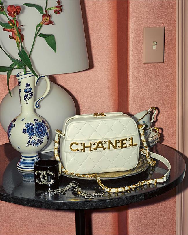 バッグ(H15×W20×D8cm)¥426,000 イヤリング¥113,000 バングル¥141,000/すべてChanel(シャネル 0120-525-519)