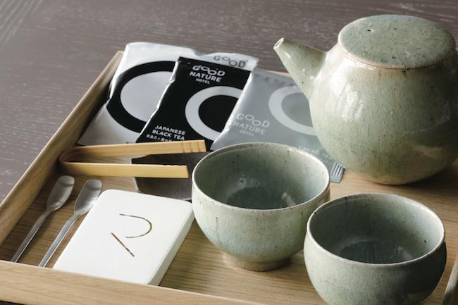 フードブランド「SIZEN TO OZEN」のカカオティー。カカオの殻まで余さず使った茶葉を置く点にも、ホテルのこだわりを見て取れる。