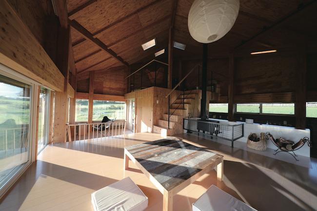 """""""地平線を眺めるための家""""がテーマの実験住宅「ホライゾンハウス」。周囲360°の窓の外に大樹町の牧草風景を見渡せる。"""