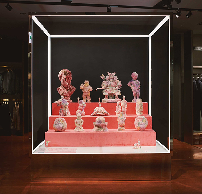 『自分らしさの物体練習Ⅱ』(2019年)伊勢丹新宿店メンズ館6F「ストア・アイデンティティ」での展示風景。(Photo: Keta Tamamura)※作品を入れ替えて3月17日まで展示中。