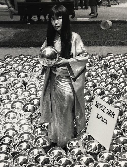 『ナルシスの庭』と草間、第33回ヴェネチア・ビエンナーレにて(1966) ※参考画像 ©YAYOI KUSAMA