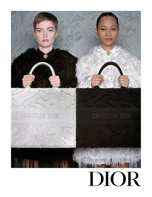 左、国内限定発売ホワイト カムフラージュ キャンバス スモール 「ブック トート」 ¥310,000 ※キャンペーン画像はミディアムサイズ