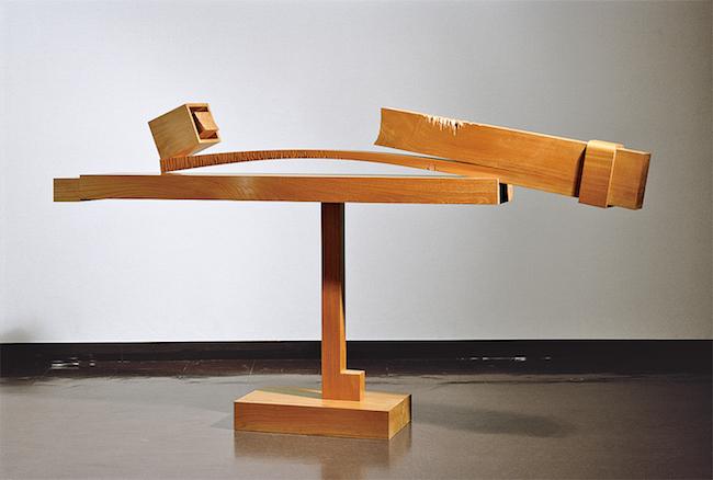 『そりのあるかたち-1』1978年 欅 135×260×45cm 東京都現代美術館蔵 ©Sumikawa Kiichi 撮影:村井修
