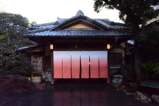 玄関も有形文化財。打ち水された玄関前の写り込みが美しい