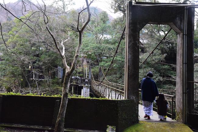 上の娘が妖怪吊り橋揺らし童に変身して、夫は半べそ。魔の2歳児は慎重に渡ります