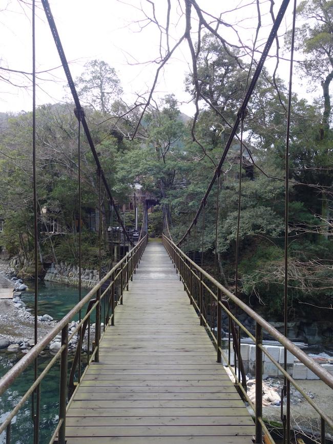 物語に出てくるような吊り橋が。