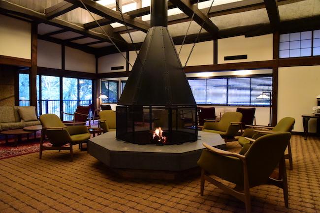 大きな暖炉が印象的なラウンジ