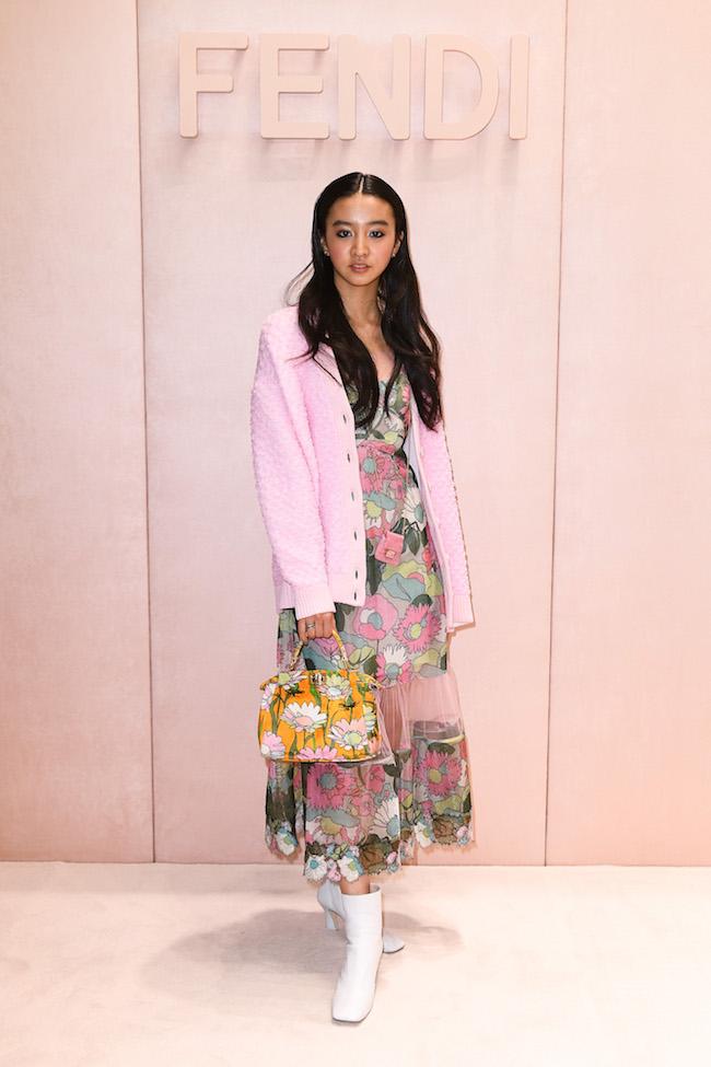 ドレス ¥348,000 カーディガン ¥185,000(ともに3月下旬発売予定)バッグ ¥362,000 バッグ「ピコ バゲット」¥79,000 ブーツ¥115,000