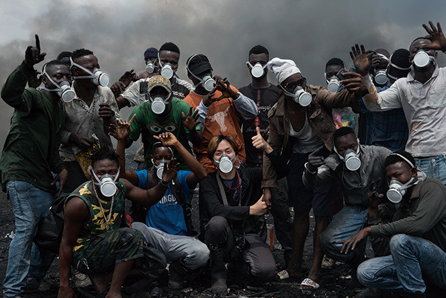 日本から持参したガスマスクを付けた仲間たちとの1コマ。(2018-19年)撮影:福田秀世