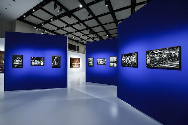 会場風景より。空間全体がガルニエ宮(オペラ座)の回廊をたどるように構成され、その中心部には黒壁に囲まれた「Catharsis」の展示スペースが設けられている。 ©CHANEL