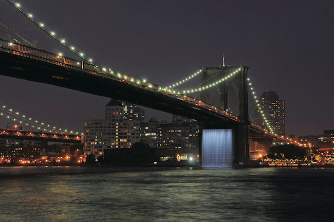『ニューヨーク・シティ・ウォーターフォールズ』(2008年)Brooklyn Bridge, New York, 2008 Photo: Julienne Schaer / Public Art Fund Courtesy of Public Art Fund © 2008 Olafur Eliasson