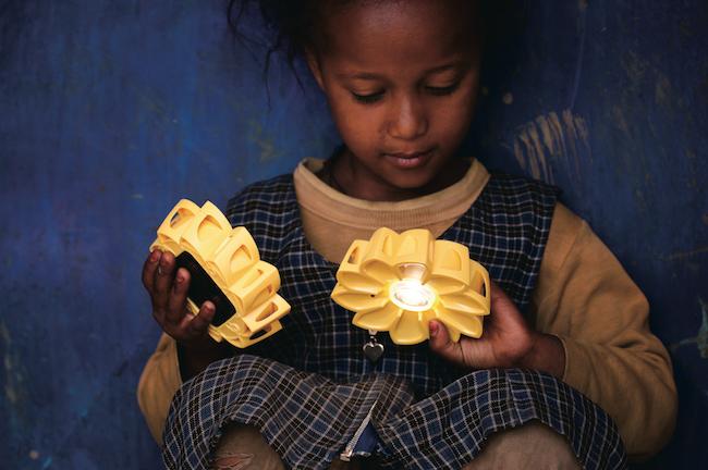 『リトルサン・プロジェクト』(2012年)より。エチオピアにてソーラーライトを手に遊ぶ少女 Photo: Merklit Mersha