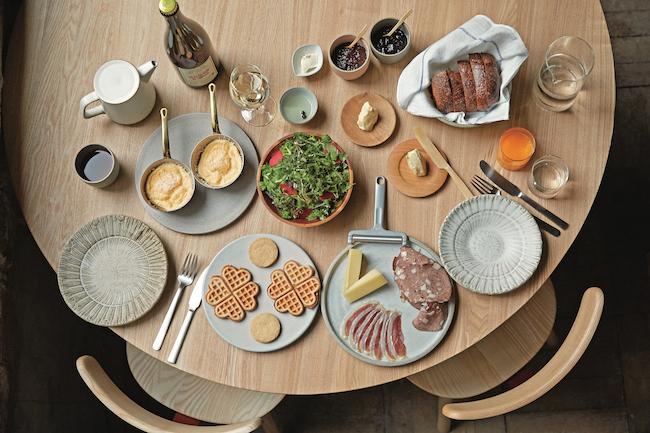 「自分の理想の朝食はシンプルでおいしいものでした」(黒田敦喜シェフ)。優雅なコーススタイルで、1名¥3,500。自然派ワインも別途注文可。/Caveman