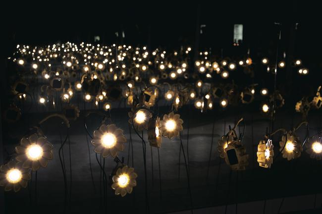 『リトルサン・プロジェクト』(2012年)より。ドーハで開催されたCOP18(国連気候変動枠組条約第18回締約国会議)でのインスタレーション風景 Photo: Penny Wang © 2012 Little Sun