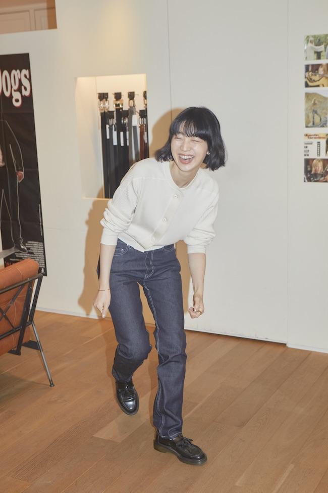 まずは、FEMMEのスリムフィットをフィッティング。 デニム ¥27,000/agnès b.(アニエスベー) その他モデル私物