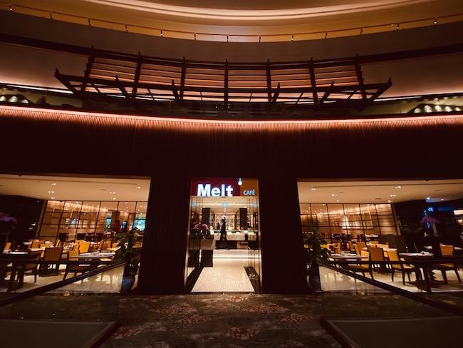 4Fにある「Melt Café」。(朝食6:30〜10:30 ランチ12:00〜14:30 ディナー18:30〜21:30 日曜ブランチ12:00〜15:00)