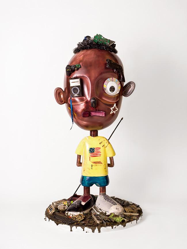 12月に東京・銀座のシンワ プリヴェで開催された個展『Still A Black Star -Sustainable Capitalism-』の展示作品より。大型の立体作品『ABIDU ON THE GROUND』(2019年)撮影:福田秀世