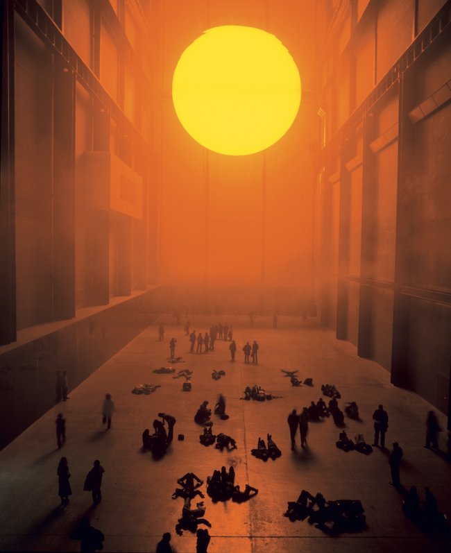『ウェザー・プロジェクト』(2003年)Installation view : Tate Modern, London, 2003 Photo: Andrew Dunkley & Marcus Leith Courtesy of the artist; neugerriemschneider, Berlin; Tanya Bonakdar Gallery, New York / Los Angeles © 2003 Olafur Eliasson