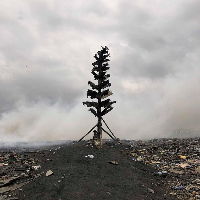 取り戻すべき自然への願いを込めたオブジェ作品「E-wasteツリー」。(2018-19年)撮影:福田秀世