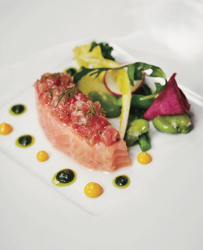 旬の野菜たっぷり「厚切りスコットランド産スモークサーモンのコンフィ菜園仕立て」(プリフィックスメニューの一皿/ランチ¥4,600〜、ディナー¥7,500〜)