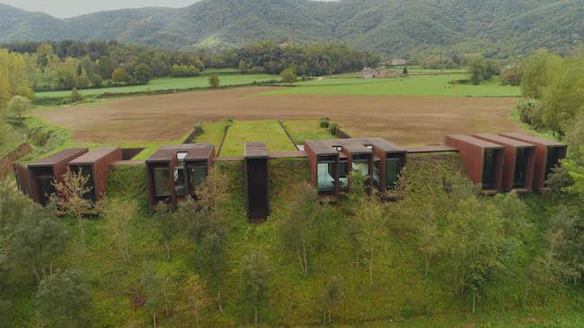 こちらはスペインの田舎で、土手に半分埋まっているような、鉄製の家。