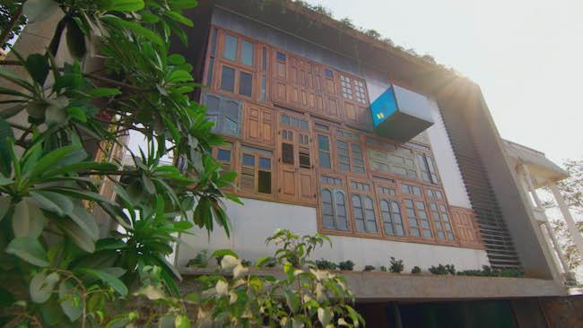 インドのムンバイで四世代が暮らす豪邸。廃材をリサイクル、コラージュした窓がアーティスティック。