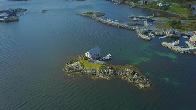 ノルウェーの島に浮かぶウィークエンドハウス。嵐が来ても大丈夫だそう。