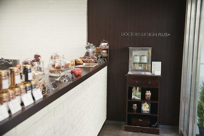 お菓子に使用するスパイスなどがずらりと並ぶ棚も。商品はテイクアウトオンリー。またオンラインショップでも購入可。