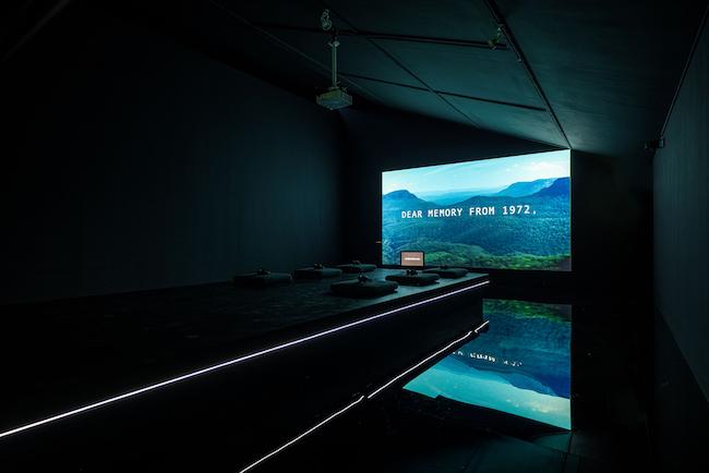 出展作品より、Cécile B. Evans『What the Heart Wants』(2016年)、「No Space, Just a Place」展示風景、大林美術館、ソウル(2020年)