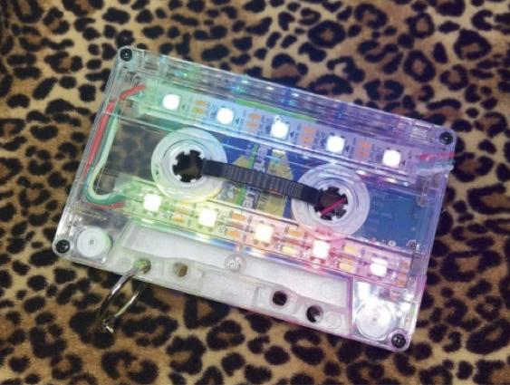『光るカセットテープ』。この作品の電子工作ワークショップも開催。