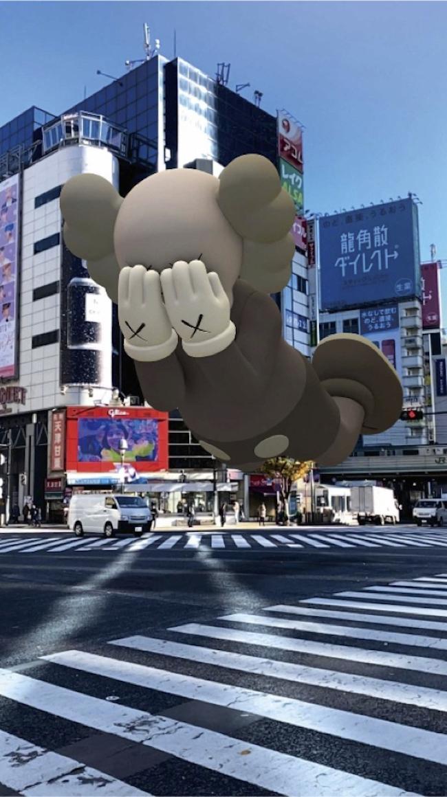 3月に世界12都市で実施された無料サービス版より、渋谷スクランブル交差点の様子。『COMPANION (EXPANDED) in Tokyo』(2020年) augmented reality. Courtesy: KAWS and Acute Art.