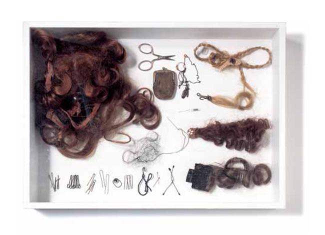 """2007年6月号「アイデア・ボックス」 商売道具のヘアピン、エクステンション、お手製ミニチュアウィッグを並べた""""ヘアにまつわる標本""""。 Photo:Toru Furuya"""