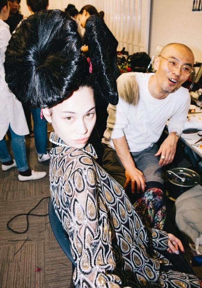 大阪のファッションビル「ルクア」のファッションショーのバックステージにて。「加茂さんワールド、大炸裂していました」(水原希子)<br />
