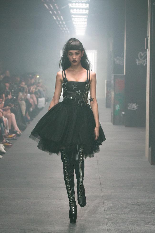 2016年「DIESEL」30周年ファッションショー。「ゴスっぽい雰囲気で、なんだか違う人格に豹変したような気分で、加茂さんが作り上げた女性像に没入しました。自分のモデル人生の中で最高のキャットウォーク」(水原希子)