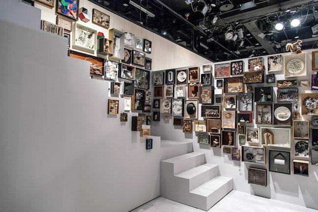 2013年にラフォーレミュージアム原宿にて開催された「加茂克也展 '100 HEAD PIEACES'」の展示風景。 Photo:Lee Basford