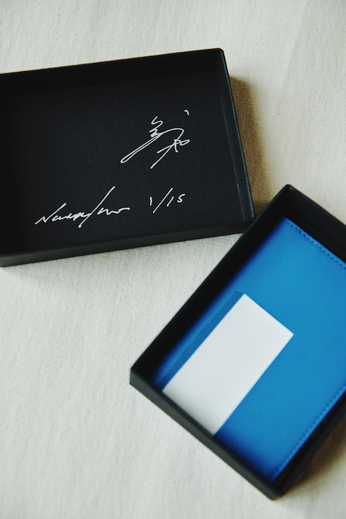 『Card Holder – Melancholia』 スモールレザーグッズコレクションには、猪瀬直哉の手書きサインとエディションナンバーがケースに記されている