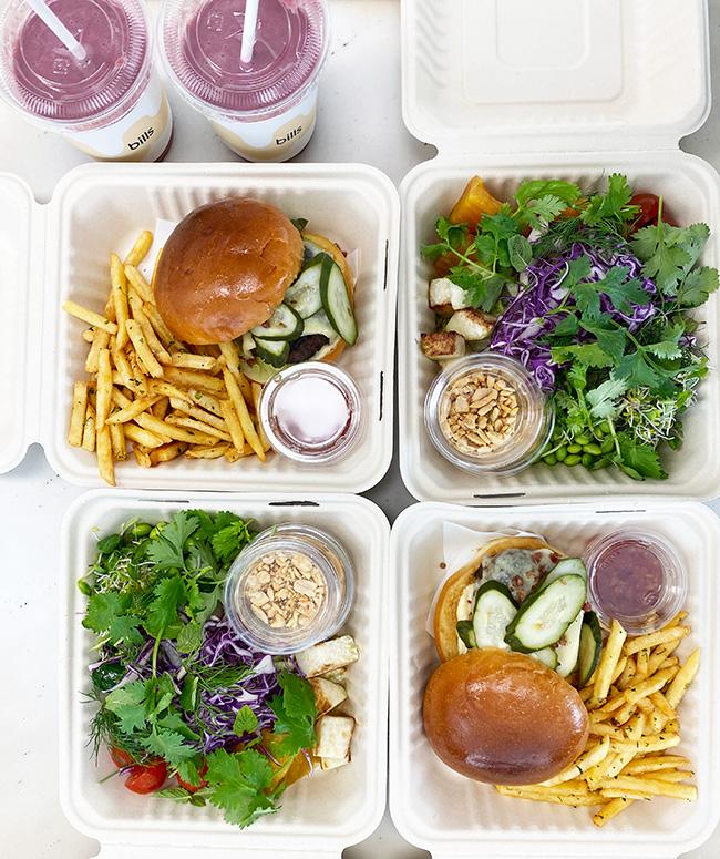 「和牛チーズバーガー - メープルベーコンクランチとグリーントマト、きゅうりのディルピクルス、フレンチフライ」¥2,400「チョップドサラダ、ピーナッツドレッシング」¥1,600「サンライズドリンク」¥800