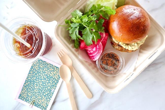 「シュリンプバーガー - ハラペーニョマヨネーズとコチュジャンソース、レタスとラディッシュのサラダ」¥2,200